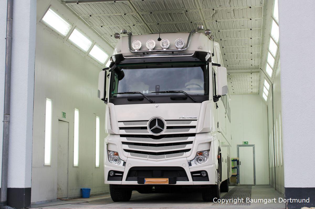 Autolackierung eines Mercedes Actros Wohnmobils