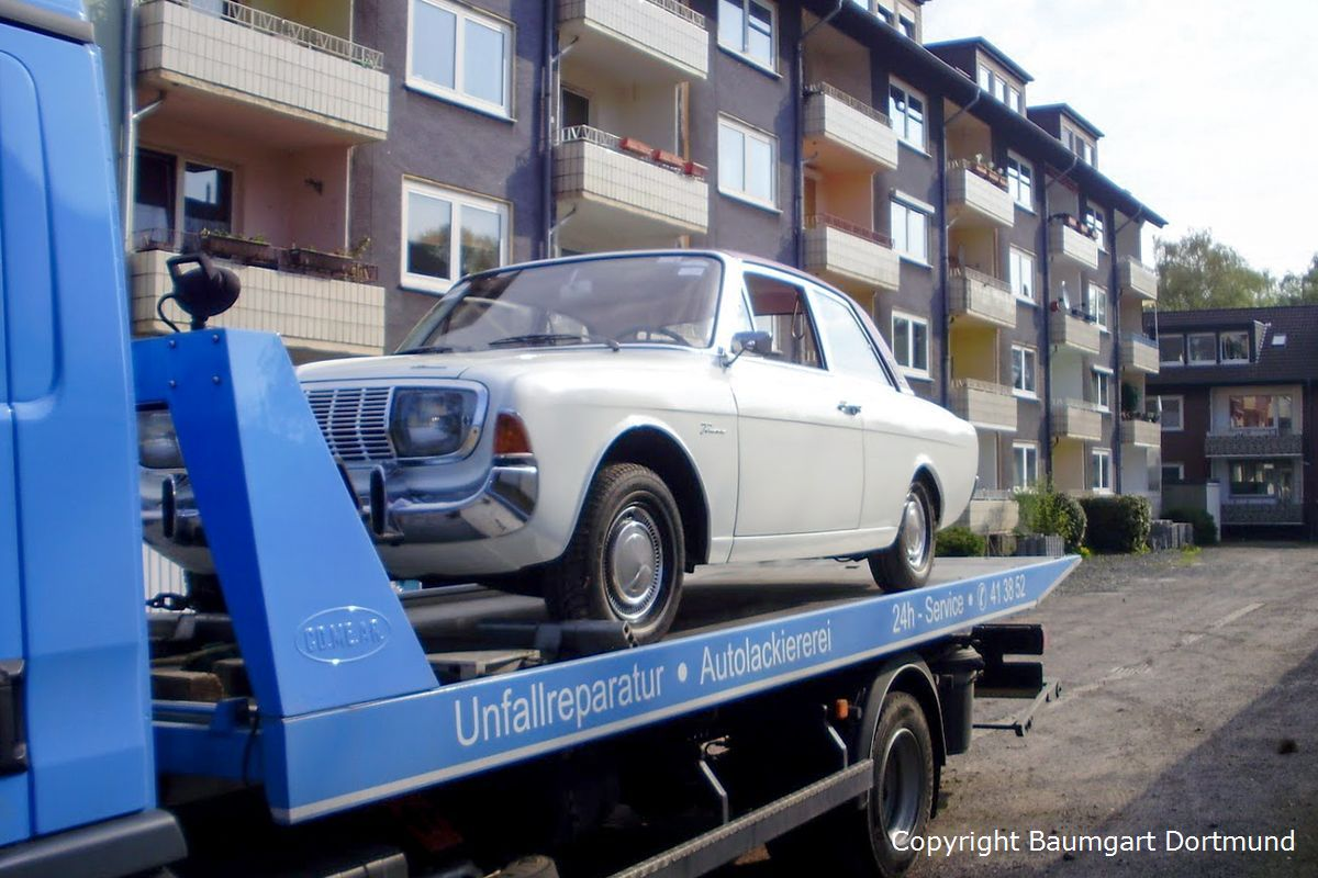 Autotransport eines alten Ford Taunus 20m